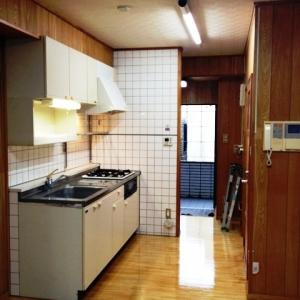 窓際ベンチシートCafe気分。 キッチン~玄関