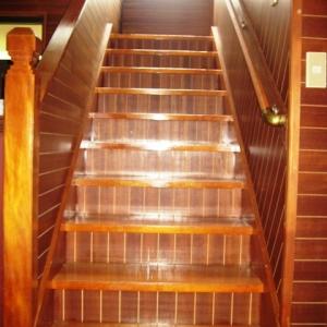 レンガ壁の大きな家 室内階段