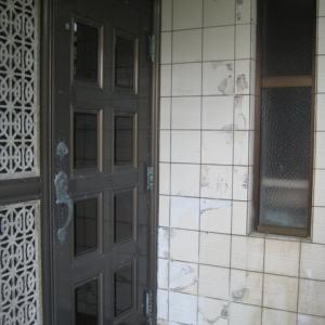 レンガ壁の大きな家 玄関ドア