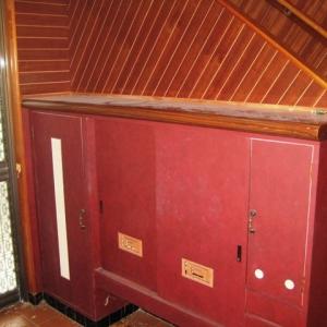 レンガ壁の大きな家 靴箱