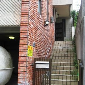 レンガ壁の大きな家 門~階段