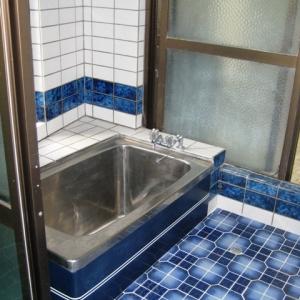 レンガ壁の大きな家 浴室