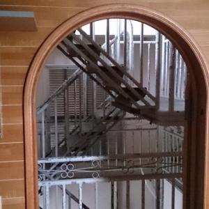 2階洋室から中央階段を
