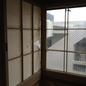 ねたての都市(まち)に住む。 和室窓